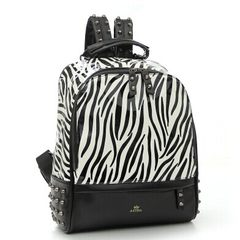 The new GD Quan Zhilong, the same airport backpack, zebra bag, small crown, zebra stripes, backpack rivets, student bags black