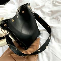 女包2017新款手提包欧美时尚百搭铆钉水桶包购物单肩包斜跨大包包