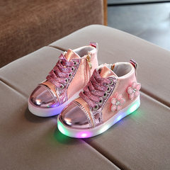 The new type of children`s bright light shoes flow pink It`s about 13.5 centimeters long in 21 yards